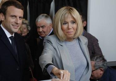 Nie skończył jeszcze czterdziestki, ma żonę starszą o niemal ćwierć wieku. Kim jest Emmanuel Macron?