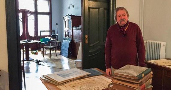 """Prowadzi dom aukcyjny i antykwariat, które teraz zamienia we własne muzeum. W secesyjnej kamienicy w samym centrum Szczecina powstaje wyjątkowe miejsce dla wyjątkowych zbiorów. """"Taki mam pomysł na schyłek swojego życia"""" - mówi naszej reporterce Wojciech Lizak, twórca muzeum."""