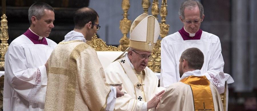 """Przed prowadzeniem """"podwójnego życia"""" przestrzegł papież Franciszek księży podczas święceń kapłańskich, których udzielił w Światowym Dniu Modlitw o Powołania. """"Nie bądźcie państwowymi duchownymi, ale duszpasterzami""""- apelował."""