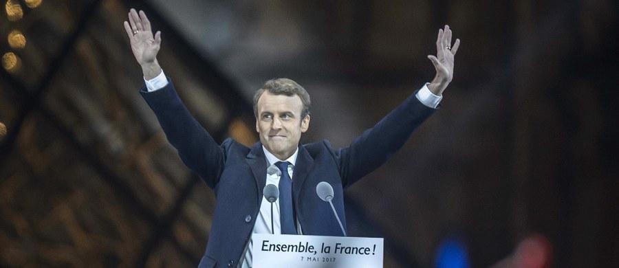 """""""Nie cofniemy się przed strachem i nie ustąpimy przed próbami podzielenia nas"""" - mówił Emmanuel Macron po zwycięstwie w drugiej turze wyborów prezydenckich we Francji. MSW w Paryżu podało po podliczeniu 99,99 procent głosów, że Macron uzyskał 66,06 procent głosów, a jego rywalka, liderka skrajnie prawicowego Frontu Narodowego Marine Le Pen - 33,94 procent. Przemawiając do swych zwolenników ze sceny ustawionej na dziedzińcu Luwru, przyszły prezydent Francji zapowiedział m.in. ponowne zacieśnienie więzów między Europą a """"narodami, które ją tworzą"""", i dodał, że Francja będzie w pierwszym szeregu walki z terroryzmem """"zarówno u siebie, jak i za granicą""""."""