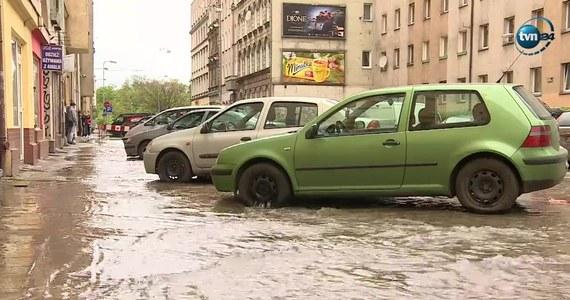 Do 19 maja może potrwać usuwanie awarii magistrali wodociągowej i jej skutków we Wrocławiu przy ulicy Komuny Paryskiej. Wczoraj woda przez kilka godzin płynęła całą szerokością jezdni. Doszło do przerw w dostawie wody w całym mieście. Dziś na miejscu trwają usuwanie awarii i wielkie porządki. Przywrócono już dostawy wody, także w okolicach miejsca awarii. Ulica Komuny Paryskiej jest zamknięta na odcinku od Podwala do Pułaskiego.
