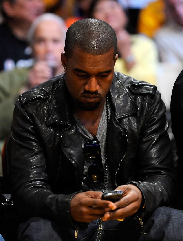 Kanye West prawdopodobnie usunął swoje konta na Twitterze oraz Instagramie. Jeden z najpopularniejszych raperów zniknął z sieci, co wywołało konsternację wśród jego fanów. My natomiast przypominamy wpisy na Twitterze, którymi West podbijał sieć.