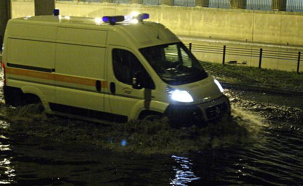 Białostoccy policjanci z ruchu drogowego pomogli rodzącej kobiecie. Przewożąca ją karetka pogotowia utknęła na zalanej wodą ulicy Branickiego. Funkcjonariusze przenieśli kobietę do radiowozu, a następnie bezpiecznie przewieźli do szpitala.
