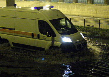 Białystok: Karetka wioząca rodzącą kobietę utknęła na zalanej ulicy