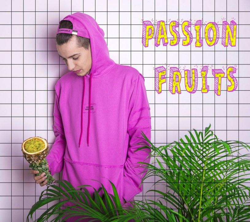 """W sieci pojawił się ostatni klip promujący EP-kę Żabsona """"Passion Fruit""""."""