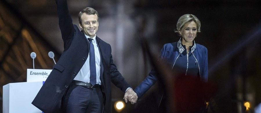 Poznali się, gdy on miał 16 lat i chodził do jednej klasy w szkole katolickiej z jej córką. Ona miała wtedy niespełna 40 lat, uczyła francuskiego, była żoną bankiera i miała trójkę dzieci. Emmanuel Macron w niedzielę został wybrany na prezydenta Francji. Cały czas w czasie kampanii 39-letniego polityka wspierała żona Brigitte Trogneux.