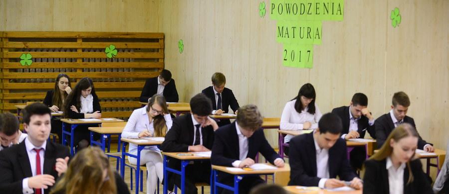 """Egzaminacyjny maraton trwa. Maturzyści zmierzyli się już z zadaniami z języka polskiego, podstawowej matematyki, czy też języka angielskiego, do którego przystąpili w poniedziałek. Na arkuszu z poziomu podstawowego znalazły się między innymi pytania dotyczące mieszkania na łodzi oraz zasypanych przez piasek pustyni scenografii filmowych. """"Egzamin był bardzo łatwy, nie było żadnych zaskoczeń"""" - przekonywała jedna z maturzystek. Po południu uczniowie przystąpili do egzaminu z angielskiego na poziomie rozszerzonym. Wszystkie arkusze i rozwiązania znajdziecie na RMF24.pl. A już we wtorek druga część egzaminu z matematyki, tym razem na poziomie rozszerzonym, do którego przystąpi ponad 72 tys. abiturientów."""