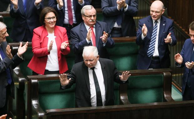"""PiS prowadzi w najnowszym sondażu Ipsos Observer dla """"Wiadomości"""" TVP. Gdyby wybory do Sejmu odbyły się w najbliższą niedzielę, to 35 proc. ankietowanych oddałoby głos na Prawo i Sprawiedliwość. Druga jest Platforma Obywatelska, z 27 pkt procentowymi."""