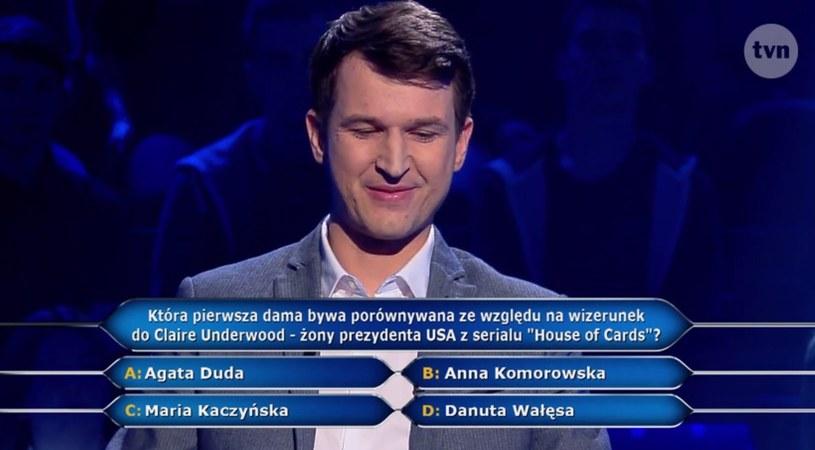 """W poniedziałkowym odcinku """"Milionerów"""" (emisja: 8 maja) padło pytanie dotyczące postaci Claire Underwood z serialu """"House of Cards"""". Uczestnik show musiał dopasować do postaci granej przez Robin Wright odpowiadającą jej wizerunkiem pierwszą damę."""