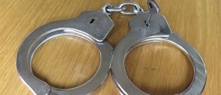 Sąd Rejonowy w Białymstoku uniewinnił dwóch policjantów, którym z budynku prokuratury mężczyzna podejrzany m.in. o szereg kradzieży. Wyrok nie jest prawomocny. Prokuratura chciała kar grzywny, nie wyklucza apelacji.