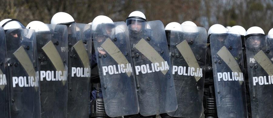 Wiceminister spraw wewnętrznych i administracji Jarosław Zieliński przekracza swoje uprawnienia forsując pomysł utworzenia w policji nowych związków zawodowych - takie ostre słowa padły w związkowej opinii do zmiany ustawy o policji, która przewiduje tzw. pluralizm związkowy w tej służbie. Zapoznał się z nią reporter RMF FM Krzysztof Zasada. MSWiA odpiera zarzuty i twierdzi, że chodzi o wolność zrzeszania się.