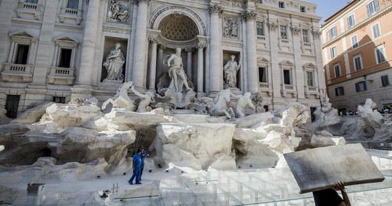 Władze Rzymu mają coraz większy problem z utrzymaniem porządku i spokoju wokół fontanny di Trevi - masowo odwiedzanej przez turystów. Mimo wysokich kar, mnożą się skoki do wody. Burmistrz chce wprowadzić zakaz zatrzymywania się przed fontanną.