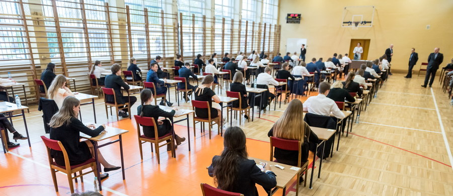 28,9 tys. tegorocznych absolwentów liceów ogólnokształcących i techników pisało egzamin rozszerzony z wiedzy o społeczeństwie. Wkrótce opublikujemy arkusz CKE oraz odpowiedzi zaproponowane przez ekspertów Interii.pl.