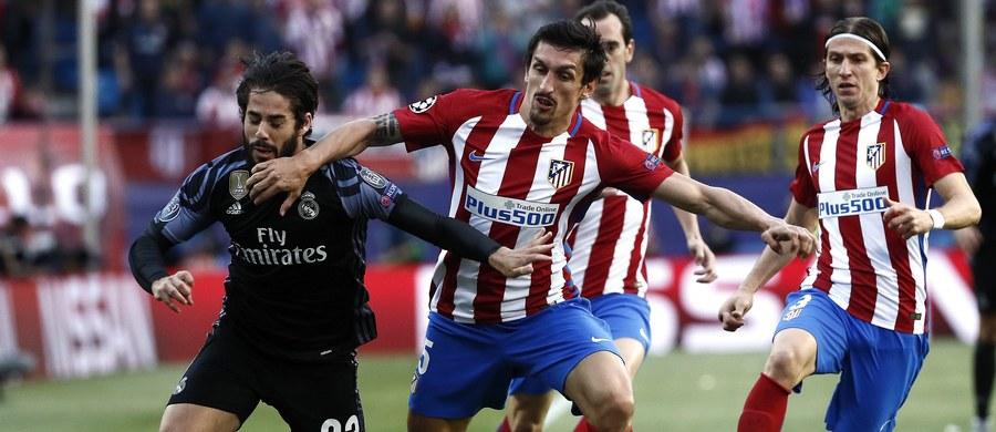 Real Madryt przegrał na wyjeździe z lokalnym rywalem - Atletico 1:2 (1:2) w rewanżowym meczu półfinałowym piłkarskiej Ligi Mistrzów. Jednak dzięki zwycięstwu w pierwszym spotkaniu 3:0 awansował do finału, który odbędzie się 3 czerwca w Cardiff.