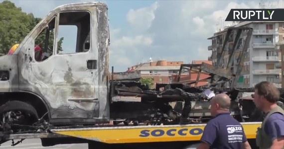 Trzy osoby spłonęły w pożarze kampera w Rzymie. Ofiary to siostry w wieku czterech, ośmiu i dwudziestu lat. Samochód należał do rodziców 11-ściorga dzieci. Reszta rodzeństwa zdołała o własnych siłach wyjść z płonącego pojazdu. Włoska policja informuje, że samochód był domem dla romskiej rodziny. Rodziców nie było w pobliżu, gdy samochód stanął w płomieniach na parkingu przy centrum handlowym. Na razie nie ustalono, z jakiego powodu auto spłonęło.