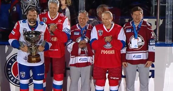 """Władimir Putin miał szansę zaprezentować swoje umiejętności w hokeju na lodzie podczas pokazowego meczu, który odbył się w rosyjskim Soczi. Prezydent Rosji podczas Nocnego Festiwalu Hokeja zmierzył się z miejscowymi legendami tego sportu. Zagrał z numerem """"11"""" na koszulce. Przed samą rozgrywką Putin podziękował także zaproszonym gościom oraz widzom za wsparcie i liczne przybycie na imprezę. Nocny Festiwal Hokeja odbył się w Soczi już po raz szósty. Nie po raz pierwszy prezydent Putin wziął udział w tego typu rozgrywkach. Słynie z zamiłowania do sportu - posiada także czarny pas w judo i jeździ konno."""