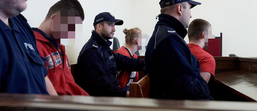 W Gdańsku ruszył dziś proces 4 młodych ludzi, oskarżonych o porwanie i znęcanie się ze szczególnym okrucieństwem nad kolegą ich znajomej. Grozi im od 3 do 15 lat więzienia.