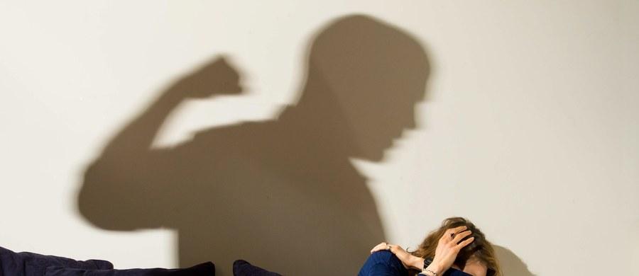 Jest akt oskarżenia ws. usiłowania zabójstwa 29-letniej ciężarnej, która w czerwcu zeszłego roku wypadła z balkonu w Gdyni. O usiłowanie zabójstwa oskarżony został mąż kobiety, który wypchnął ją z balkonu. Śledczy zarzucają mu także maltretowanie jej oraz posiadanie treści pornograficznych z udziałem dzieci.