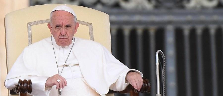 """Papież Franciszek powiedział podczas mszy w Watykanie, że Kościół zawsze jest """"w drodze"""". Dodał, że """"coś, co kiedyś wydawało się normalne i nie było grzechem, dziś jest grzechem śmiertelnym"""". Niegdyś akceptowano niewolnictwo - zauważył."""