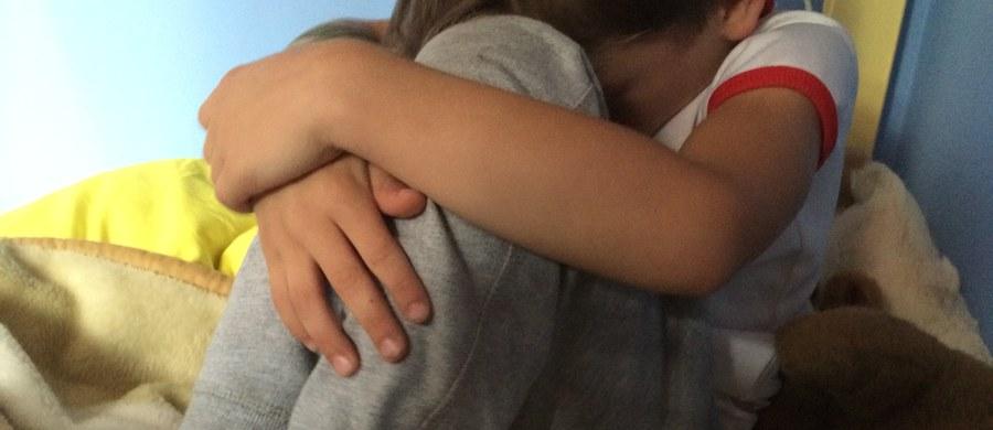 Akt oskarżenia przeciw Sebastianowi N., który półtora roku temu uprowadził swego 3-letniego syna i przetrzymywał go przez 10 dni z dala od matki, wysłała prokuratura do sądu w Radomiu. Śledczy oskarżyli też sześć innych osób, które pomagały ojcu chłopca.