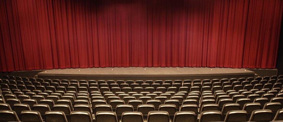 """Za jedyne 5 złotych będzie można wejść na spektakl w 97 teatrach. W ramach obchodzonego w sobotę Dnia Teatru Publicznego przez tydzień - do 20 maja - instytucje kulturalne w Polsce oferują """"bilety za grosze"""". Akcja dotyczy wybranych spektakli."""