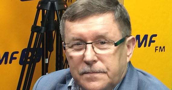 """""""Rozumiem, że jest to zdanie wyrwane z kontekstu jego długiej wypowiedzi. To, co w Polsce się dzieje, o czym codziennie słyszymy, czytamy w gazetach, codzienne zatrzymania dokonywane przez CBA potwierdzają, że mamy poważny problem z korupcją"""" - mówi eurodeputowany PiS Zbigniew Kuźmiuk pytany o wypowiedzi sędziego Lecha Morawskiego na konferencji prawniczej w Oksfordzie, dotyczącej m.in. tego. że czołowi polscy politycy i sędziowie są skorumpowani. """"Myślę, że on mówił o odczuciu. Takie odnoszę wrażenie z tych zdań, które pojawiły się w mediach"""" - dodaje gość Marcina Zaborskiego. """"Była sprawa sędziów SN (dot. korucji), ale została zamieciona pod dywan"""" - dodaje Kuźmiuk. """"Sądzę, że z wystąpienia Morawskiego, jeśli ono by uchybiało kompetencjom sędziego Trybunału Konstytucyjnego, rozliczy go pani prezes (TK, Julia Przyłębska - przy. red.)."""" - dodaje eurodeputowany. Czy wypowiedź Morawskiego nie jest donoszeniem na Polskę za granicą? """"Korupcja jest workiem kamieni, który ciągnie nas do dołu. Na szczęście to, co się dzieje od 1,5 roku zmniejsza ten obszar korupcyjny bardzo wyraźnie, co widać w zasadzie w każdej dziedzinie"""" - stwierdza Kuźmiuk."""