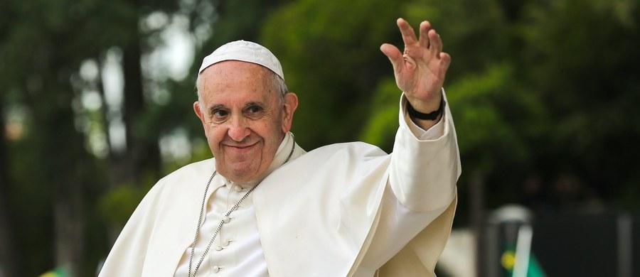 """Papież Franciszek w piątek podczas wieczornej modlitwy w Fatimie zawierzył siebie opiece Matki Bożej. Określił siebie również mianem """"biskupa ubranego na biało""""."""