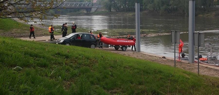 Straż pożarna i policja poszukują 21-letniego mężczyzny w Odrze w miejscowości Brzeg w Opolskiem. Miał wskoczyć do wody chcąc ratować dziewczynę.