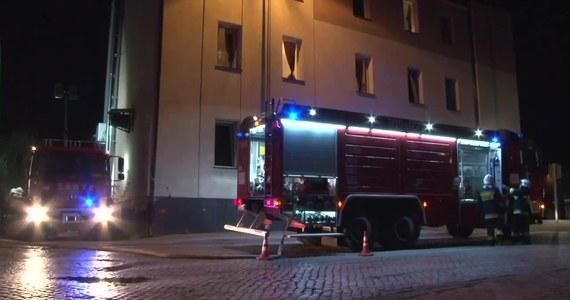 """W Witnicy w województwie lubuskim sześć zastępów straży pożarnej walczyło z pożarem hotelu. Z budynku ewakuowano 50 osób. Nikomu nic się nie stało. """"W budynku doszło najpierw do pożaru śmietników, znajdujących się przy elewacji. Następnie pożar przeniósł się na elewację hotelu, wykonanej w technologii lekkiego ocieplenia ze styropianu. Płomienie były na tyle wysokie, że przeniosły się na dach budynku i zajęła się więźba dachowa z pokryciem"""" - mówi Paweł Renicki ze straży pożarnej w Gorzowie Wielkopolskim."""