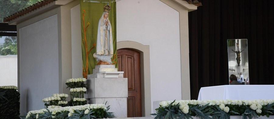 O Orędziu Fatimskim i najważniejszym przesłaniu objawień Patrycji Michońskiej–Dynek opowiada o. Emilian Sigel, pallotyn, misjonarz Fatimy, który na całym świecie głosi przesłanie Matki Bożej Fatimskiej. 13 maja 1917 roku w niewielkiej Fatimie, w centralnej Portugalii, Maryja po raz pierwszy objawiła się trojgu dzieciom: Hiacyncie, Łucji i Franciszkowi. Dzisiaj – 100 lat później wracamy do tych wydarzeń i słów, które tam padły.
