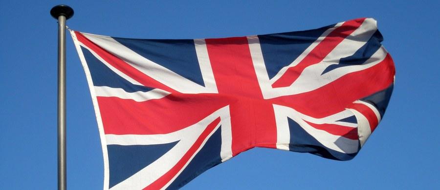 """Brytyjska Partia Konserwatywna premier Theresy May utrzymuje znaczną przewagę nad Partią Pracy przed wyborami, które odbędą się 8 czerwca - wynika z sondażu przeprowadzonego przez agencję ORB dla gazety """"The Telegraph""""."""