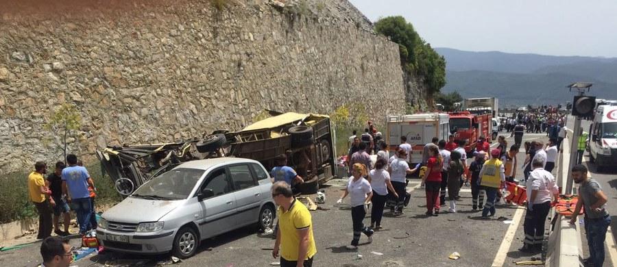 Co najmniej 24 osoby zginęły w sobotę w południowo-zachodniej Turcji, kiedy na górskiej drodze autokar przewrócił się na zakręcie i spadł 15 metrów ze stromego zbocza - poinformowały tureckie władze.