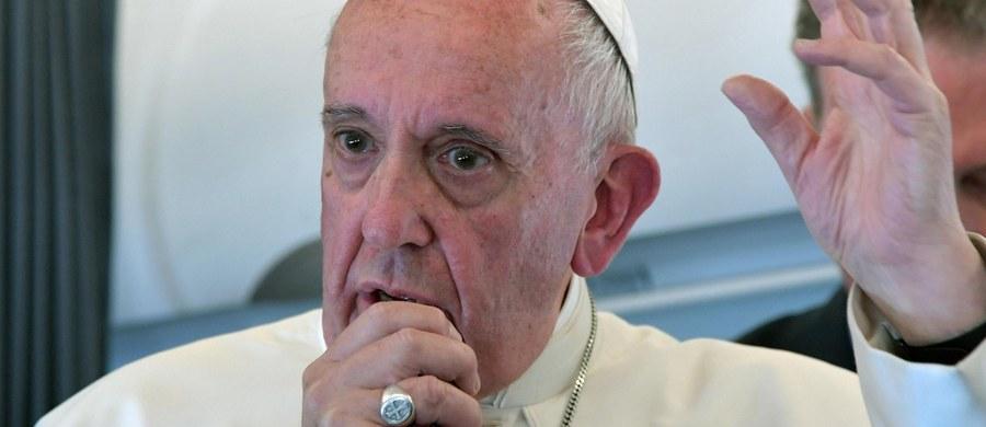 """Papież Franciszek powiedział dziennikarzom, że część tzw. objawień z Medjugorje """"nie ma wiele wartości"""". Matka Boża, stwierdził papież, nie jest """"kierowniczką urzędu telegraficznego"""", która wysyła wiadomości. Z uznaniem mówił o misji abpa Hosera."""