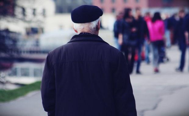 """Będzie pilna podwyżka emerytur dla rencistów, którzy osiągnęli już wiek emerytalny, ale nie legitymują się odpowiednią liczbą przepracowanych lat. Sprawa dotyczy ponad 100 tysięcy osób. Ich nie dotyczą przepisy o minimalnej emeryturze w wysokości 1000 złotych. To ma się szybko zmienić – ustalili dziennikarze RMF FM. Problem opisała dziś """"Gazeta Wyborcza""""."""
