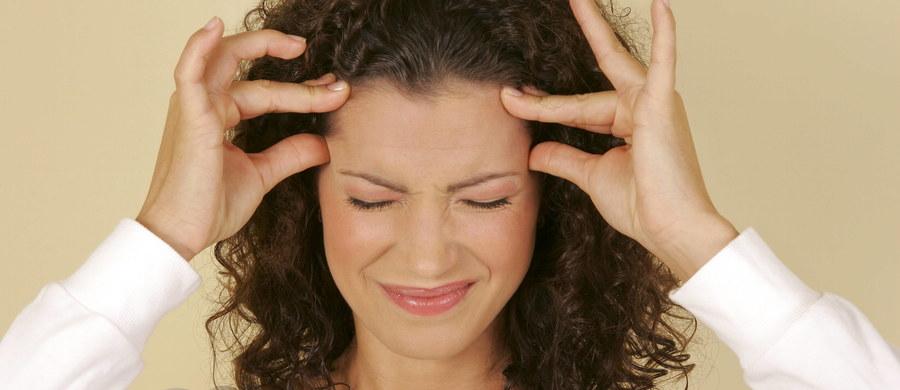 Stres, długie patrzenie na ekran komputera, zmiana pogody - to częste przyczyny bólu głowy. Jak pokazują statystyki odwiedzin w gabinetach specjalistów, właśnie ból głowy to nasza najczęstsza dolegliwość. Epizodyczne przypadki, czyli występujące rzadziej niż 15 dni w miesiącu, dotyczą ponad 70 proc. ludności niektórych populacji – informuje Światowa Organizacja Zdrowia. Natomiast napięciowe bóle trwające więcej niż 15 dni w miesiącu występują u 1-3 proc. osób dorosłych.