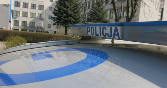 Jeden z napastników z krakowskiego Kurdwanowa wykrzykiwał hasła kibicowskie - to nowe ustalenia dziennikarzy RMF FM ws. wieczornego ataku na grupę nastolatków w rejonie ul. Bojki. Nieznani sprawcy ranili ostrym narzędziem dwóch nastolatków.