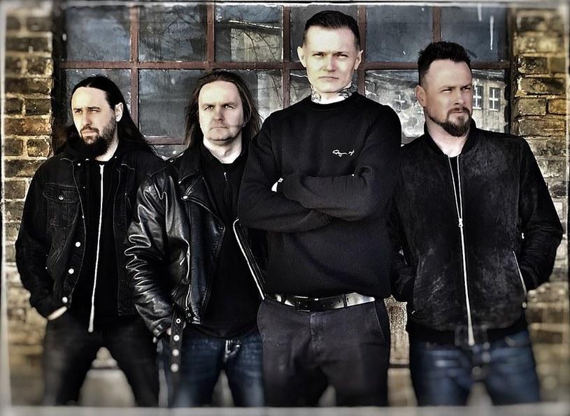 """Ostatecznie w marcu ukaże się piąty album rockowej grupy Cochise, której wokalistą jest Paweł Małaszyński. """"Swans And Lions"""" w dniach 2-15 marca dostępny będzie wyłącznie w sieci salonów Empik."""