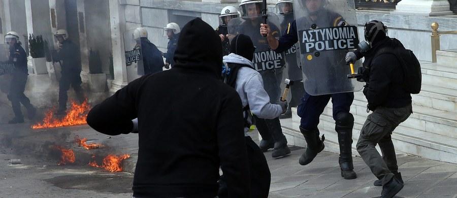 Policja użyła gazu łzawiącego, aby rozpędzić demonstrantów protestujących w centrum Aten przeciwko nowym środkom oszczędnościowym, które grecki parlament ma przyjąć w czwartek - informuje agencja Reutera. Grecja od rana jest sparaliżowana. Nie kursują promy, autobusy, pociągi, lotniska działają z przerwami. Pracę przerwali nawet lekarze poza szpitalami i wszyscy urzędnicy. Zamknięte są banki, szkoły, nawet biura turystyczne. Grecy protestują przeciwko kolejnemu pakietowi przedsięwzięć oszczędnościowych, dzięki którym rząd chce zaoszczędzić 4 mld euro. Pakiet obejmuje redukcję emerytur od 2019 roku i podwyżki podatków od roku 2020. Jest to warunkiem kontynuowania przez międzynarodowych wierzycieli pomocy finansowej dla Grecji.