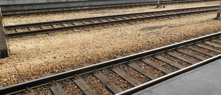 Pociąg relacji Gdynia-Białystok zderzył się z samochodem ciężarowym na niestrzeżonym przejeździe kolejowym w miejscowości Wężówka w powiecie giżyckim w województwie warmińsko-mazurskim. Ranny został kierowca ciężarówki.