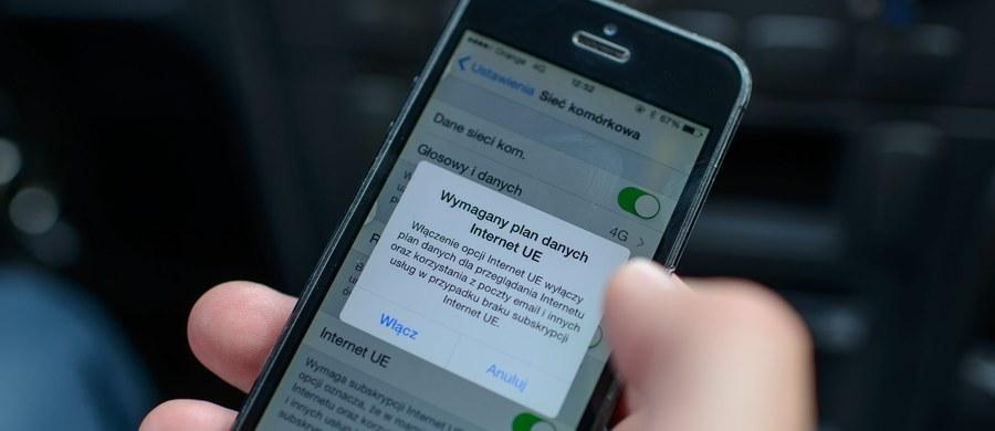 Polscy operatorzy sieci komórkowych T-Mobile i Play nie chcą w pełni dostosować się do regulacji UE o zniesieniu opłat za połączenia roamingowe - twierdzi źródło PAP w Komisji Europejskiej. Plus nie przedstawił jeszcze oferty cenowej swym użytkownikom. Jedynie Orange zadeklarował całkowite zniesienie opłat za roaming.