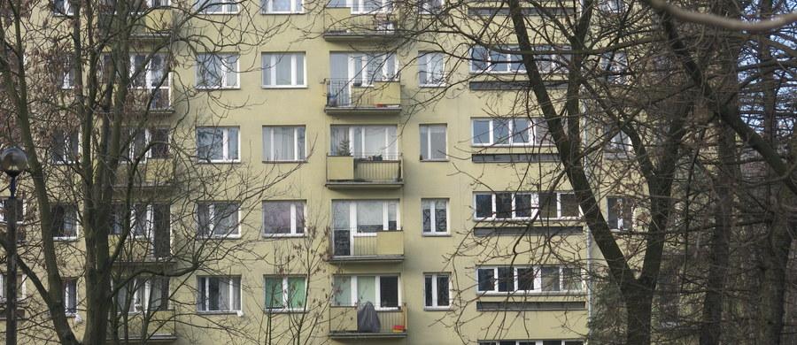 Zarzut narażenia trójki dzieci na niebezpieczeństwo utraty życia i zdrowia oraz doprowadzenia do powstania u jednego z nich obrażeń ciała postawiła w środę łódzka prokuratura 35-letniej kobiecie. We wtorek jej 2-letnie dziecko wypadło z okna czwartego piętra. Tragedia rozegrała się na terenie dzielnicy Łódź-Bałuty. W chwili wypadku 35-letnia kobieta była w stanie nietrzeźwości.