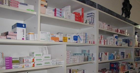 """""""To ustawa 'apteka dla pacjenta', a nie 'apteka dla aptekarza', bo apteka ma służebną rolę wobec pacjenta. Nazwa 'apteka dla aptekarza' jest myląca. (…) Ta ustawa ma zapobiec koncentracji aptek, co mogłoby prowadzić do monopolizacji rynku farmaceutycznego. Jeżeli nic nie zmieni się w tej materii, to do 2022 roku apteki indywidualne przestaną istnieć"""" – mówiła w Popołudniowej rozmowie w RMF FM Elżbieta Piotrowska-Rutkowska, Prezes Naczelnej Rady Aptekarskiej. Jak przekonywała, rozdrobnienie rynku jest dobrze odbierane przez pacjentów. """"Apteka to placówka ochrony zdrowia, a my wykonujemy zawód zaufania społecznego"""" – dodała. Poglądów tych nie podzielił jednak drugi gość Marcina Zaborskiego - Marcin Piskorski ze Związku Pracodawców Aptecznych PharmaNET. """"Ta ustawa nie przyniesie pacjentowi nic dobrego, a jedynie wzrost cen i ograniczenie dostępności (leków). Jeżeli zamyka się rynek i ogranicza konkurencję, to skutkuje to wzrostem cen i spadkiem jakości usług, czyli dostępności"""" – stwierdził. Jego zdaniem, rynkowi nie grozi monopolizacja. """"Pacjenci, za przeproszeniem, mają w nosie, czy apteka jest sieciowa, czy nie. Idą tam, gdzie dostaną leki w dobrej cenie, dobry serwis i mają większą dostępność leków"""" – dodał."""