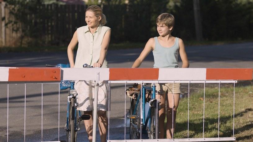 """W filmie """"Wspomnienie lata"""" nie tylko musiała przenieść się do lat 70. XX wieku; dodatkowo jej ekranowym partnerem był 13-letni debiutant. Urszula Grabowska w rozmowie z Filipem Nowobilskim opowiedziała o pracy na planie nowego filmu Adama Guzińskiego."""