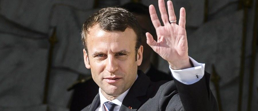 W skład nowego rządu prezydenta Francji Emmanuela Macrona weszli ludzie z lewicy, prawicy i osoby z ruchów obywatelskich. W sumie 18 ministrów i czterech sekretarzy stanu, podlegających bezpośrednio premierowi Edouardowi Philippe'owi, wywodzącemu się z centroprawicy.