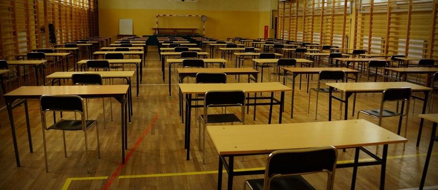 Maturzyści rano przystępują do pisemnego egzaminu z fizyki. Po południu odbędzie się z kolei egzamin z historii muzyki.