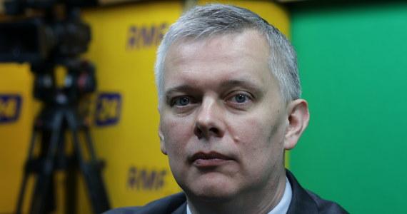 """""""Pozostawiliśmy nowemu rządowi, nowej władzy bardzo dobry mechanizm: on pozwolił nie przyjąć nikogo, bo w polskim ręku były decyzje co do tego, kto miałby w Polsce się pojawić"""" - mówił w Porannej rozmowie w RMF FM Tomasz Siemoniak, odnosząc się do kwestii przyjęcia przez nasz kraj uchodźców. Cofając się do roku 2015, przypomniał: """"Najpierw walka premier Kopacz w Europie o to, żeby nie było automatycznego mechanizmu, a potem zgoda na to, że określona kwota na polskich warunkach - kobiety i dzieci z terenów objętych wojną - może być przyjęta do Polski"""". Dopytywany o czasem sprzeczne wypowiedzi polityków PO ws. przyjmowania uchodźców, wiceszef Platformy odparł: """"Apeluję - do pana redaktora, do słuchaczy - żeby nie czytać tylko nagłówków, ale starać się wniknąć w istotę problemu, który nie jest zero-jedynkowy, nie jest czarno-biały""""."""