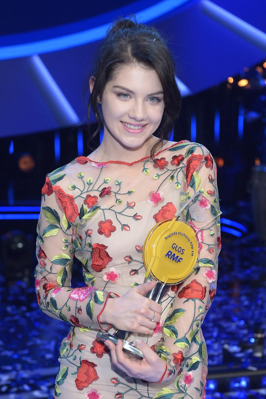 """Dzień po wielkim finale """"Idola"""" laureatka drugiego miejsca w tym programie - Karolina Artymowicz - prezentuje debiutancki singel """"Dalej""""."""