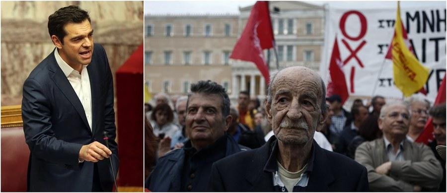 Parlament Grecji przyjął kolejny pakiet przedsięwzięć oszczędnościowych: jego realizacja jest warunkiem otrzymywania przez zagrożony niewypłacalnością kraj dalszej pomocy od międzynarodowych wierzycieli.