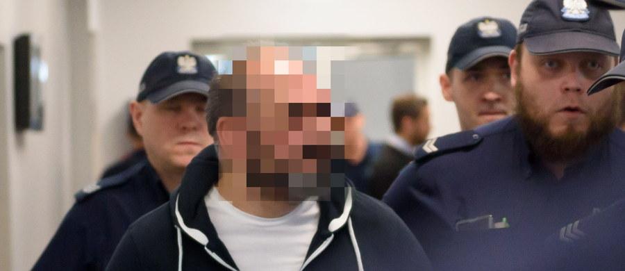 """W sądzie okręgowym w Poznaniu przerwano proces Arkadiusza Ł., pseudonim """"Hoss"""". Oskarżony - szef romskiego gangu oszustów - zasłabł. Proces """"króla mafii wnuczkowej"""" został odroczony do 28 czerwca."""