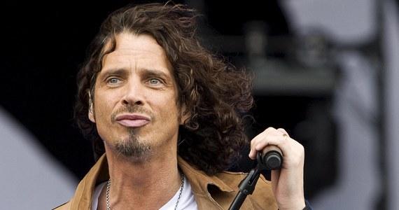 """""""Kocham was"""" - mówił podczas swojego ostatniego koncertu Chris Cornell. Godzinę po zakończeniu występu z grupą Soundgarden w Detroit 52-letni wokalista popełnił samobójstwo. Nie zostawił listu pożegnalnego. Według żony muzyka, wcześniej nic nie świadczyło o tym, że może on odebrać sobie życie."""
